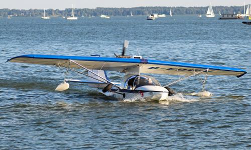 Prywatny samolot, który startuje zanurzony do połowy w wodzie. Jeden z niewielu takich okazów na Świecie
