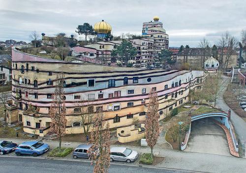 Waldspirale - ,,Wśród ponad 1000 okien budynku, wszystkie są różnego kształtu i rozmiaru.''