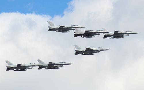 Rzut oka na trzeciomajową defiladę - samoloty F-16 tworzące formację :)