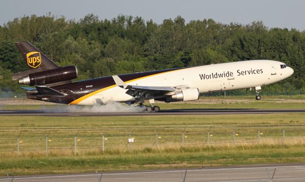 5 50 rano - wtedy wpada pierwszy jegomość na Lotnisko Chopina - MD11 UPS z paczkami :)