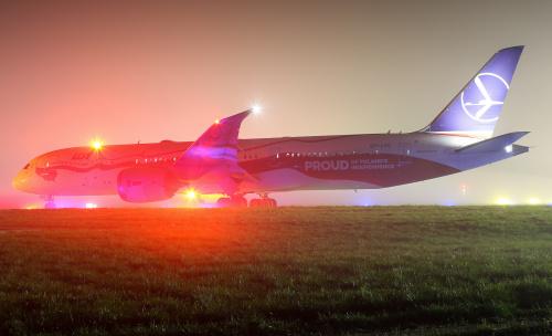 Dreamliner szykujący się do startu we mgle, która zatrzymała lądowania na lotnisku w Warszawie.