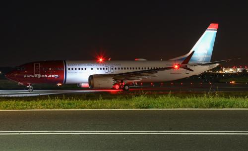 Norwegian do Oslo zmierzający na pas podczas letniego wieczoru.