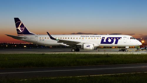 Embraer LOTu w oczekiwaniu na pasażerów, a w tle kolory po zachodzie słońca :)
