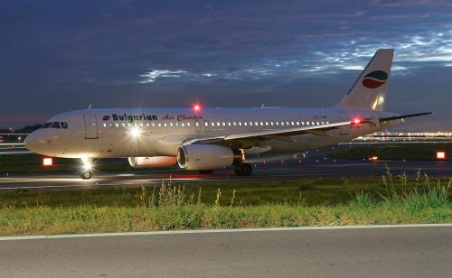 Samolot Bułgarskich linii lotniczych Bulgarian Air Charter stojący w kolejce na pas startowy